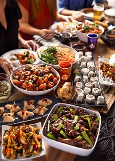 Hosting The Perfect Dinner Party Party Food Menu, Party Food Buffet, Dinner Party Menu, Dinner Party Recipes, Dinner Themes, Super Bowl Essen, Chinese Dinner, Sushi Party, Luxury Food
