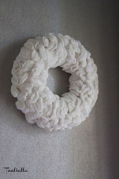 Wreath from cottonbads - tutorial Christmas Crafts, Merry Christmas, Christmas Decorations, Christmas Stuff, Christmas Ideas, Door Wreaths, Holidays And Events, Burlap Wreath, Diy And Crafts
