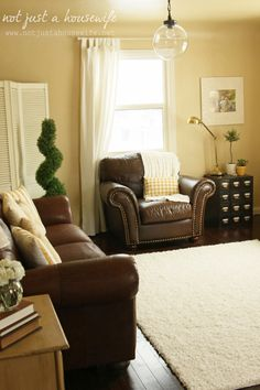 Exactly the look for our living room. Leather couches against yellow walls.