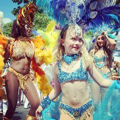 Bailarines de samba participan con sus trajes coloridos en un desfile por las calles de Berlín, como parte del festival del Carnaval de las Culturas. Foto: AFP