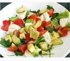 Recetas originales con aguacate Caprese Salad, Cobb Salad, Mexican Food Recipes, Healthy Recipes, Healthy Food, Feta, Breakfast Recipes, Avocado, Cheese