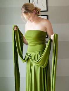 """One of the best DIY Infinity dress tutorials I've seen. Uses the extra fabric to make a simple tube-top to wear under the dress for more coverage when the style needs it. Smart! I've seen another version that makes the waistband about 15"""" tall so it serves as the tube top, but that seems prone to the top getting pulled down by the rest of the dress. I like the idea of it being detached so you can trust it to stay up a bit!"""