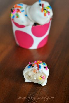 Funfetti Cookie Dough Truffles: delicious, egg free cookie dough filled with sprinkles! #truffles #funfetti
