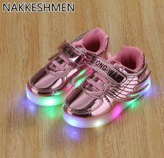 a881cc8bc3b 2018 Niños Del Resorte Nuevos de Luz LED Zapatos Muchachas de Los Muchachos Ocasionales  Zapatos Alas Bebé Estudiantes Salvajes Zapatos Deportivos para Niños