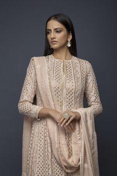 Best Trendy Outfits Part 34 Pakistani Dress Design, Pakistani Outfits, Indian Wedding Outfits, Indian Outfits, Party Wear Indian Dresses, Salwar Suits Party Wear, Party Suits, Kurta Designs Women, Blouse Designs