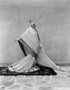 """miss-flapper: """" wehadfacesthen: """" Ruth St. Denis in performing her dance Tagore Poem, photo by Soichi Sunami. """"Miss Ruth"""" was a modern dance pioneer who, with her partner Ted Shawn, founded the. Modern Dance, Contemporary Dance, St Denis, Picasso Paintings, Face Paintings, Photo Vintage, Vintage India, Retro Mode, Illustration Mode"""