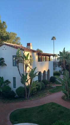 Plan your vacation to Santa Barbara California with our Santa Barbara Travel guide inclusing the best restaurants and hotels. You'll find indian food, fresh seafood - lobster, crab, uni, sushi, and even tri tip steak sandwiches cooked on an open bbq. Use our travel tips and enjoy the sun, sandy beaches, good food, and local wines. #santabarbara #traveltips #travel #hotel #summer #usa #california #aesthetic #usatravel California Travel Guide, California Style, Southern California, Santa Barbara Restaurants, Travel Usa, Travel Tips, Steak Sandwiches, Santa Barbara California, Viajes