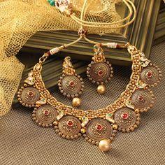"Photo from Manubhai Jewellers ""Portfolio"" album Indian Wedding Jewelry, Indian Jewelry, Bridal Jewelry, Indian Bridal, Pearl Necklace Designs, Antique Necklace, Gold Necklace, Short Necklace, Antique Jewellery"