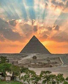 ¡Hermoso atardecer tras la pirámide de Kefrén!