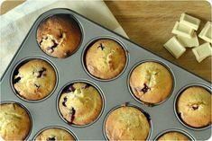 Hella & houkutus: Mustaherukka-valkosuklaamuffinsit Cupcakes, Baking, Breakfast, Food, Passion, Morning Coffee, Cupcake Cakes, Bakken, Essen