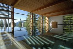 Matteo Thun: interior e exterior precisam formar um todo harmonioso. Aqui, a natureza se confunde com a piscina interna. Saiba mais sobre design integrado à natureza: http://abr.io/39zN