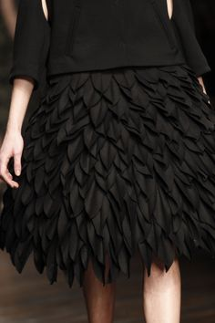 Wool leaves of feathers - layered leaf texture skirt; fabric manipulation for fashion // John Rocha - fashion inspired by Couture Details, Fashion Details, Fashion Design, Gypsy Fashion, High Fashion, London Fashion, Fashion Beauty, Mode Origami, Origami Skirt