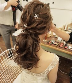 Find more information on classic wedding hairstyles Bridal Hairdo, Bridal Hair And Makeup, Hair Makeup, Korean Wedding Hair, Elegant Wedding Hair, Hair Wedding, Bridal Hair Inspiration, Hair Arrange, Bridal Hair Accessories