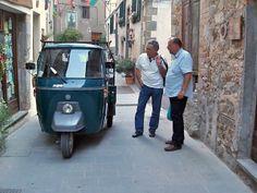 A conversation in Scansano Vespa Ape, Piaggio Ape, Mens Toys, Sicily, Food Truck, Jeeps, Vintage Posters, Conversation, Motorcycles