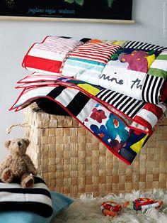 Ett hemmagjort lapptäcke är något av det finaste man kan ge. Och få! En gåva med mycket omtanke, som räcker länge länge. Barnens rum genomgår ju flera skepnader under uppväxten, men ett lapptäcke ger färg och värme till rummet hela vägen upp till flytta-hemifrån-dags!