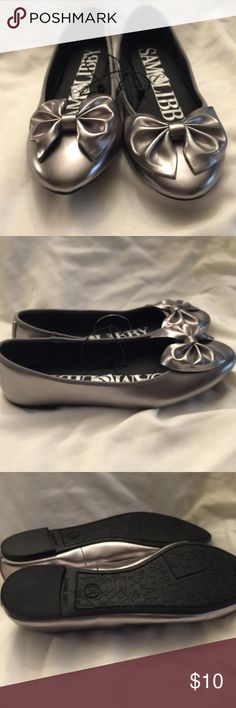 Silver Sam&Libby flats with bow on toe NWOT All man made material . Flats with a1/4 inch heel . Sam & Libby Shoes Flats & Loafers