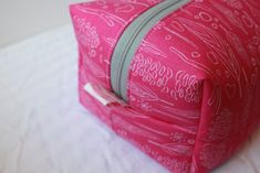 easy zippered box pouch sewing tutorial with free video instructions Zip Pouch Tutorial, Cosmetic Bag Tutorial, Coin Purse Tutorial, Crochet Bag Tutorials, Sewing Tutorials, Tutorial Sewing, Crochet Blanket Tutorial, Bag Patterns To Sew, Sewing Patterns