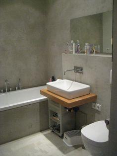 das bad wurde mit fließenkleber gespachtelt, sieht also nur aus wie beton. wichtig: man muss die wände vorher mit einer isolierschicht versehen.