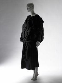 Một mẫu thiết kế của Rei Kawakubo, nhãn hiệu thời trang Comme de Garcons 1983-1984