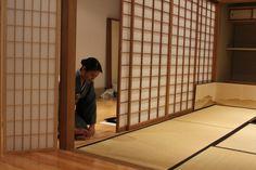 Shoji são painéis ou portas de correr estruturados em madeira e preenchidos com papel translúcido. Eles são utilizados para ambas as paredes do interior e exterior da casa. Permitindo a entrada de luz natural para o interior da casa.