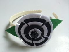Even a simple flower can add cutenessto aplain headband. Here is a tutorial to show you how to make this quick and easy multilayer felt flower for your hair accessory project.    Materials   felt gem headband fabric glue scissors
