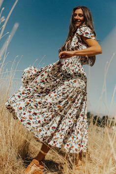 Sweet Caroline Dress – Ivy City Co Sweet Caroline, Vestidos Vintage, Flowy Floral Dress, Floral Dresses, Moda Floral, Granola Girl, Poses Photo, Foto Casual, Senior Picture Outfits