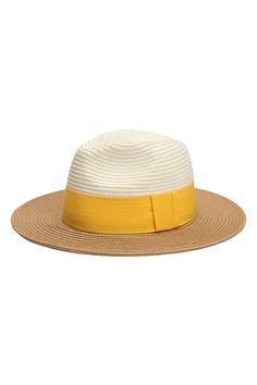 Сламена шапка: Шапка от сплетена хартиена слама с горна част в контрастен цвят и широка рипсена лента. Ширина на периферията 7 см.