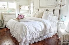 shabby chic bedding - This decoration ideas thoughts was distribute at by shabby chic bed Shabby Chic Sofa, Shabby Chic Zimmer, Shabby Chic Bedrooms, Shabby Chic Kitchen, Shabby Chic Homes, Shabby Chic Furniture, Rustic Chic Bedding, Handmade Furniture, Rustic Furniture