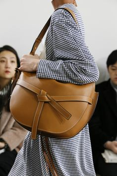 Loewe Fall 2018 Ready-to-Wear Collection - Vogue Leather Backpack, Leather Bag, Bags 2018, Fashion Bags, Womens Fashion, Best Bags, Casual Bags, Mode Inspiration, Beautiful Bags