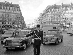 carte postale ancienne de villes et de vieilles voitures - paris en 1960