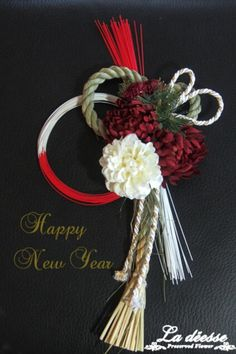 新春を祝うお正月飾り、豪華なボリュームのあるしめ縄飾り新年に華やかなしめ縄飾りを♪新年にふさわしい、紅白のお花を使用し、ゴールドの竹と松をあしらっています。○...|ハンドメイド、手作り、手仕事品の通販・販売・購入ならCreema。