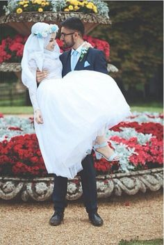I love watching pictures of Halal Love / Cute Muslim Romantic Couples Photos holding hands and being happy. It makes me realize that true and meaningful love Bridal Hijab, Hijab Wedding Dresses, Disney Wedding Dresses, Hijab Bride, Hijabi Wedding, Girl Hijab, Cute Muslim Couples, Romantic Couples, Romantic Weddings