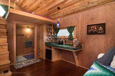 Diseñada por el experto constructor de casas diminutas, Abel Zyl of Zyl Vardos y fotografiada por Jeff Freeman, la última incorporación a Caravan -The Tiny House Hotel, en Portland, seguro les encantará.