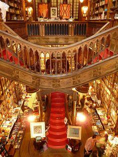 Das Paradis für Buchliebhaber! Livraria Lello ist eine wunderschöne Buchhandlung im neo-gothischen Stil, eröffnet im Jahre 1906. Der Lonely Planet listet Livraria Lello als drittbeste Buchhandlung weltweit! (Porto-Portugal)