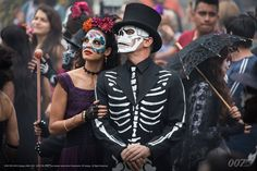 On the big screen: In the film, whose opening scenes were shot in Mexico City, Bond chases a villain through crowds of revelers in what resembled a parade of people in skeleton outfits and floats. Daniel Craig is seen in a scene from the movie 007 Contra Spectre, Spectre Movie, Spectre 2015, 007 Spectre, Daniel Craig, Craig 007, James Bond Craig, Halloween Carnival, Halloween Kostüm