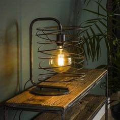 This industrial table lamp has a single light source, is made of metal and is finished with a charcoal touch. The light source distributes the light in a beautiful way through the room, creating a great ambiance. Industrial Floor Lamps, Industrial Ceiling Lights, Industrial Table, Loft Stil, Office Furniture Design, Table Lamp Wood, Diy Arts And Crafts, Lamp Light, Vintage