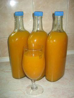 Domaći gusti sok od jabuke i mrkve.