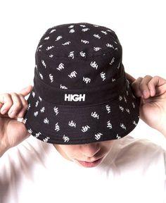 """Bucket hat da marca brasileira High Company, batizado de """"Tag Pattern"""". Como o nome do produto propõe, o bucket traz um padrão estampado por todo o chapéu com uma tag da marca, além do logo da marca..."""