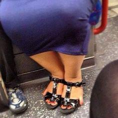 She's going to Wal MartElle aurait pu prendre une taille au dessus pour caser tous ses orteils !