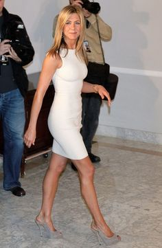 A LWD Like Jennifer Aniston - Just as infallible as the LBD is the LWD. Little white dresses are all the rage in Hollywood and Jennifer Aniston proved exactly why. Jennifer Aniston Style, Jenifer Aniston, Estilo Fashion, Love Fashion, Fashion Beauty, Womens Fashion, Celebrity Outfits, Celebrity Style, Lady