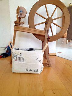 """Liebe Leserinnen und Leser,  Ute fertigte aus ihrem alten Leinentuch einen Stoffkorb. Ute schreibt:  Liebe Susanne, nun ist auch mein Beitrag zum Projekt """"Altes Leinen"""" fertig, und ich sende dir die Bilder.   Bei der Verarbeitung wollte ich so wenig wie möglich von dem Handtuch zerschneiden, und auch die schöne Struktur des Leinens sollte erhalten bleiben. Auch wollte ich nichts dazu kau ..."""