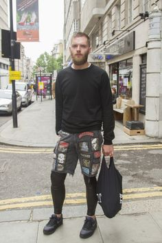 Love this look. Touches on punk, even. Mens Workout Shorts, Sport Shorts, Tights Outfit, Leggings Fashion, Mens Leotard, Gq Style, Male Style, Mens Tights, Total Black