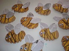 Bees made with newspaper Bee Crafts, Nature Crafts, Preschool Crafts, Art For Kids, Crafts For Kids, Arts And Crafts, Bee Art, Spring Theme, Bee Theme