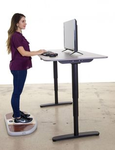 The Wurf Board adjustable air-spring surface for standing desks aims to keep people moving by engaging their body throughout the day Standing Desk Chair, Best Standing Desk, Standing Desks, Design De Configuration, Layout Design, Tool Design, Gadget, Traditional Office, Work Station Desk