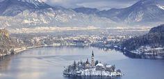 Bled, Eslovenia. Vista panorámica.  No, ese no es el castillo de la Cenicienta. Es un sitio real situado en los Alpes eslovenos, cerca de Austria. El icónico Castillo de Bled, que data del año 1011, sirve ahora como museo, restaurante y vinoteca, con vistas a un lago de hielo.