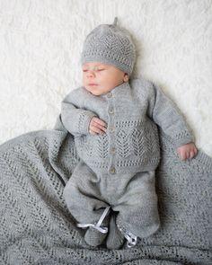 Vi har fått inn nye varer i nettbutikken, både hefter og ga Knitted Baby Cardigan, Knit Baby Sweaters, Knitted Baby Clothes, Baby Boy Knitting, Knitting For Kids, Crochet For Kids, Kids Knitting Patterns, Baby Patterns, Baby Barn