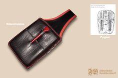 Wachstafelfutteral aus gepresstem Leder nach einem Fund aus Zwolle und Veere (Niederlande); Kombination aus Rotholz- und Eisen-Oxidfärbung; Stylus aus Bein diente gleichzeitig als Verschluss. Farblich abgesetzte Nähte aus rotem Leinenzwirn