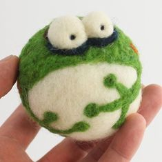 Nadel-Filzen Frosch-kit von woolbuddy auf Etsy Needle felting frog kit by woolbuddy on Etsy Needle Felted Cat, Needle Felted Animals, Felt Animals, Felted Soap, Wet Felting, Frog Crafts, Needle Felting Tutorials, Felt Fairy, Felt Ball