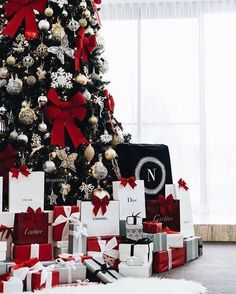 All of The gifts that exist so far in the Christmas tree Merry Christmas, Christmas Gifts, Christmas Decorations, Holiday Decor, Party Cooler, Dior, Diy Crafts To Do, Chanel, Christmas Aesthetic