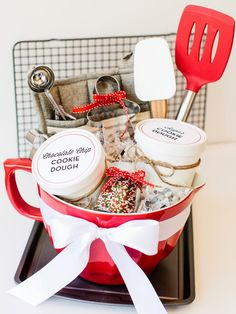When in doubt, choose gift baskets. They look adorable and if you pick the right things, they can be very practical. Giving them to a closed one means filling this basket with all things they really like, which leaves you with plenty of choice even when you don't know somebody's taste that well. #diy